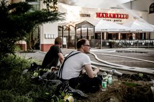 Großbrand einer Sportanlage mit angrenzendem Restaurant und Wohnungen in Rüsselsheim